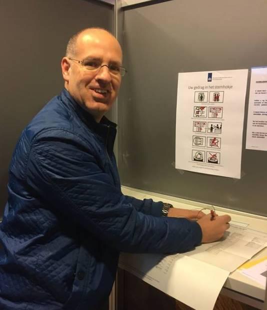 PGB-lijsttrekker Carlo van Esch stemde 's ochtends vroeg al in zijn woonplaats Moergestel.