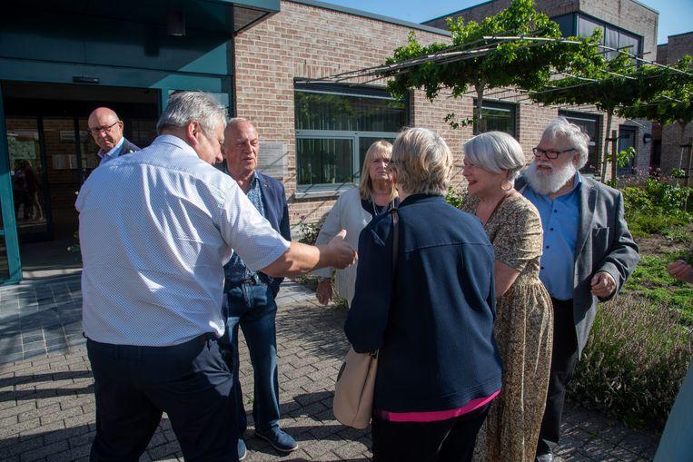 Directeur Geert Buyse groet de familie voor de herdenking van de brand in het rusthuis Kanunnik Triest tien jaar geleden.