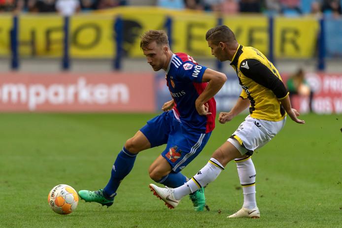 Bryan Linssen in duel met Silvan Widmer van Basel.