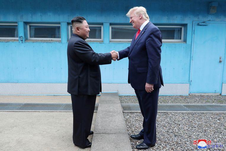President Trump en de Noord-Koreaanse leider Kim Jong-un zondag aan de grens tussen Noord- en Zuid-Korea.
