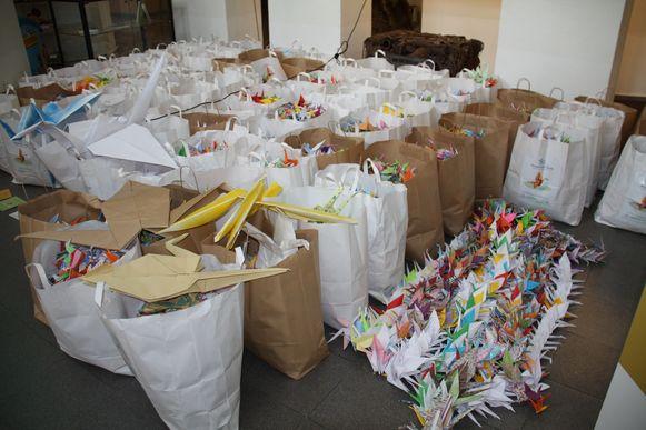 Al deze zakken vol kraanvogels gaan morgen naar Brussel.
