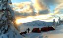 Overnachten in een tentje bij min 20. Leerlingen moeten tijdens de reis leren te overleven bij zware winterse omstandigheden.