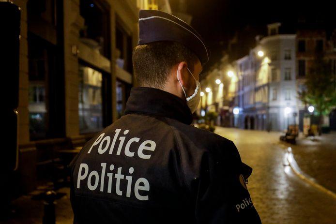 Een agent tijdens de handhaving van de avondklok in Brussel (archieffoto oktober 2020).