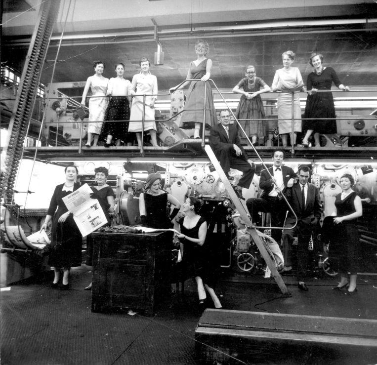 Op de drukkerij van Het Parool in 1957. Fiep Westendorp staat boven, derde van links Beeld Fiep Westendorp Illustrations