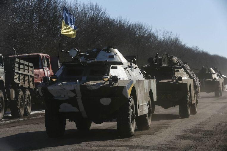 Soldaten van het regeringsleger verlaten Debaltseve.
