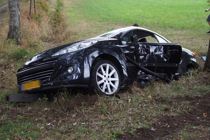 De auto na het ongeluk op de kruising van de Huiskematendijk met de Kroondijk.
