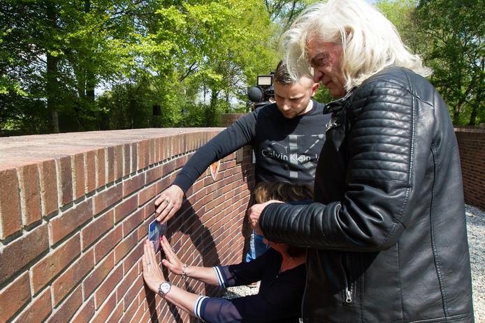 De familie van de vermoorde Daan Mellée plaatst zijn naamplaatje op de Muur tegen Geweld.