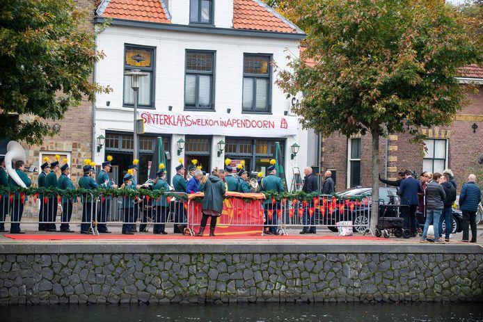 Voor café De Oude Haven aan het Kanaal Noord in Apeldoorn worden opnames gemaakt voor het Sinterklaasjournaal.
