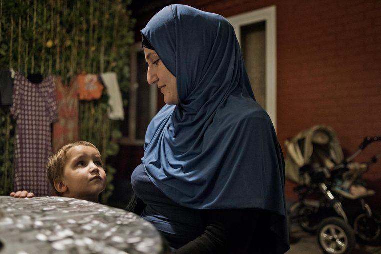 De Russische Iman met haar zoon. Beeld Yuri Kozyrev / Noor