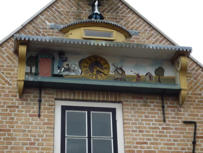 Het pand Raadhuisstraat 15 in Oud-Vossemeer dat bekend is om het beroemde Smidsklokje.