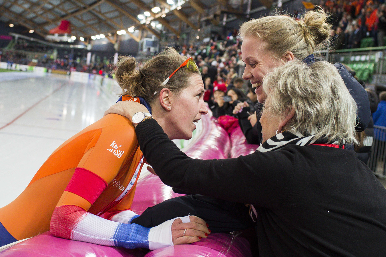 Ireen Wüst, haar moeder en vriendin Letitia de Jong vieren de zege op de 1500 meter en het wereldbekergoud.
