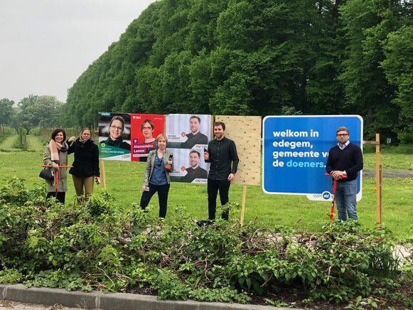 De verkiezingskandidaten van de oppositiepartijen plaatsen vorige week woensdag al symbolische borden aan de Drie Eikenstraat.