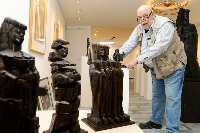 Kunstenaar Jaap Hartman met enkele van zijn Jacoba's die vanaf vandaag te zien zijn in galerie des Amis.