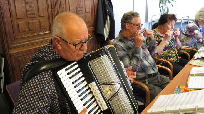 Accordeonist Jan de Graaff en Jan Pierik (mondharmonica) zijn de drijvende krachten achter het muziekgezelschap Ademnoot.