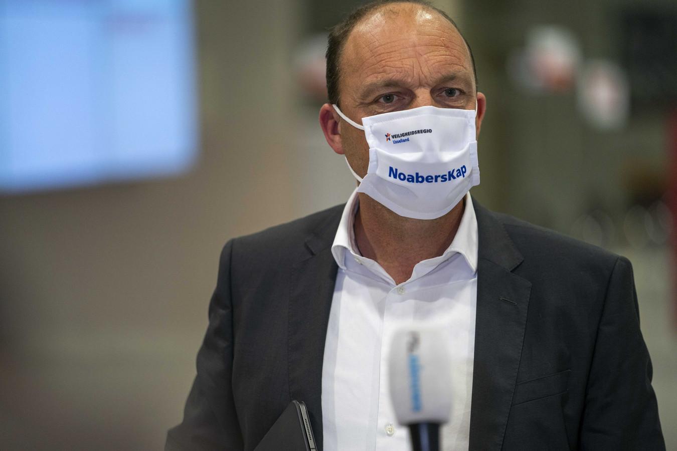 Burgemeester Peter Snijders van Zwolle, oud-burgervader van Hardenberg, draagt een mondkapje van de Veiligheidsregio IJsselland als hij arriveert voor het wekelijkse beraad met de burgemeesters van de 25 Nederlandse veiligheidsregio's.