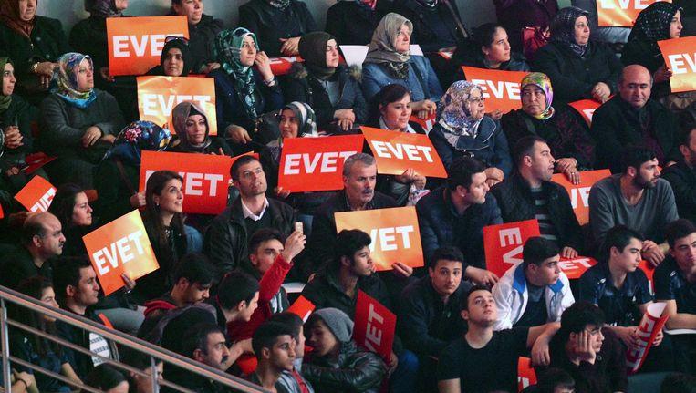 Betogers van het ja-kamp ('evet')in Ankara. Beeld anp