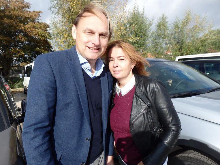 Aldo van Troost (Land Rover) en Sabine Zurel, voor pr en media-advies, die zowat buiten zichzelf moest treden om in een Land Rover slechts 50 te rijden Beeld Schuim