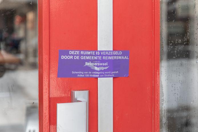 Met deze stickers worden panden die door de burgemeester van Reimerswaal gesloten zijn verzegeld.