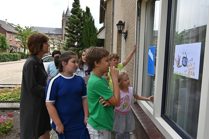 Kinderen van basisschool De Bongerd in Gassel in eigen dorp op speurtocht naar zelfgemaakte poëzie.