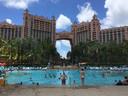 Het eiland Atlantis is volgebouwd met tax free-winkels en luxe hotels.