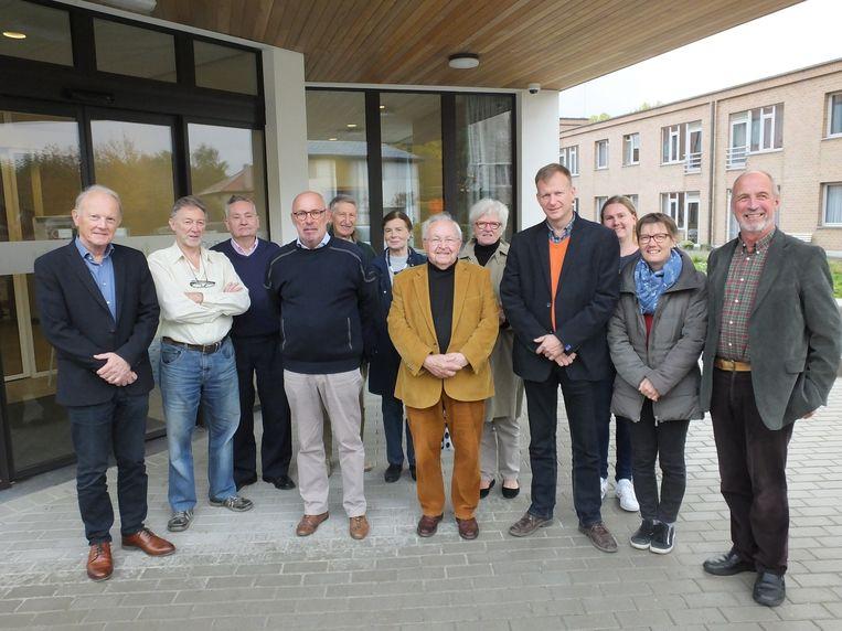 Yvan Vandenbrande en Johan Van Wassenhove met de groep vrijwilligers die op 24 december klaarstaan om de Deinse alleenstaanden te ontvangen.