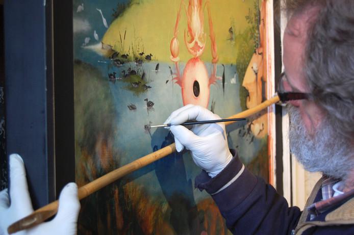 Henk Groenendaal schilderde een Jeroen Bosch-schilderij na maar moet nu noodgedwongen stoppen met zijn werk door ziekte.