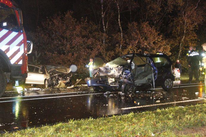 Twee auto's zijn maandagavond frontaal op elkaar geknald op de Amersfoortseweg in Uddel. De bestuurders konden bevrijd worden.
