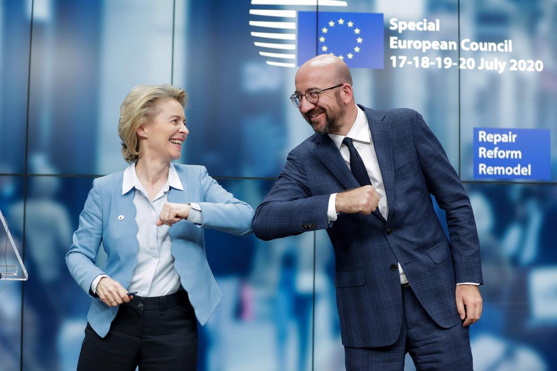 Commissievoorzitter Ursula von der Leyen en EU-president Charles Michel zijn tevreden na afloop van de top in Brussel. Beeld Stephanie Lecocq / AFP