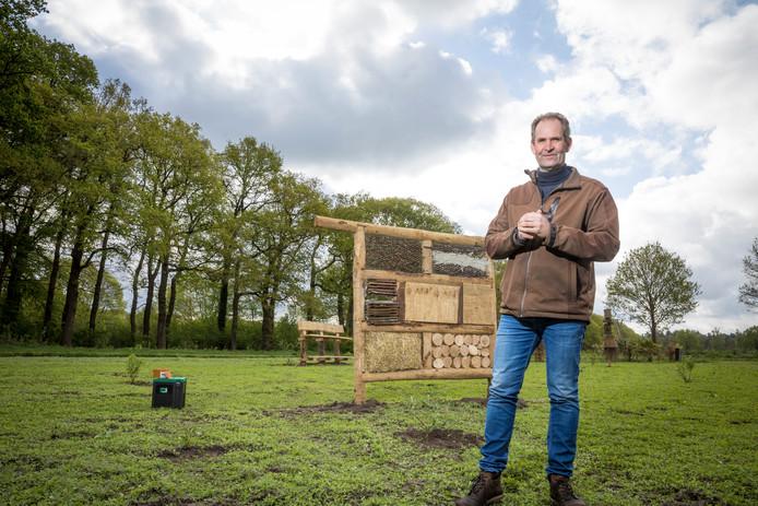 Wilfred Schenk bij de nieuwe insectentuin.