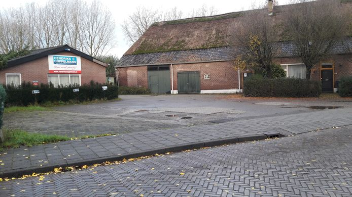 De oude boerderij en loods aan de Elschotseweg 72 in Schijndel wijken voor nieuwe woningen. Er komen in totaal 21 woningen.