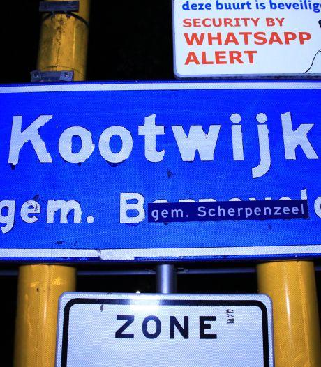 'Kootwijk, gem. Scherpenzeel': actiegroep plakt stickers op borden in gemeente Barneveld