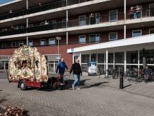 Orgelman Pedro speelt voor ouderen in Winterswijk, verzorgers lopen polonaise op corona-afstand