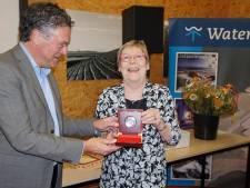 Eerste zilveren erepenning Watersnoodmuseum voor Corrie Vijverberg