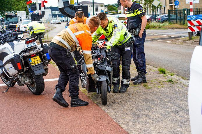 Bestuurder kan nét op tijd wegspringen voor trein die op zijn scooter botst.