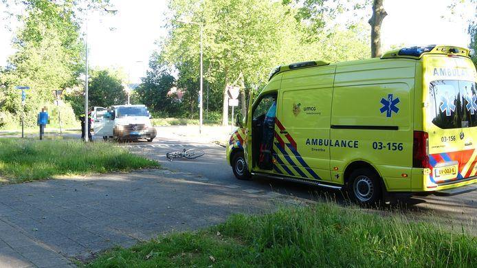 De aangereden fietser moest met de ambulance naar het ziekenhuis worden gebracht.