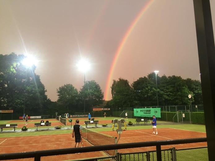 Regenboog tijdens clubkampioenschappen TC Boemerang in Kaatsheuvel.