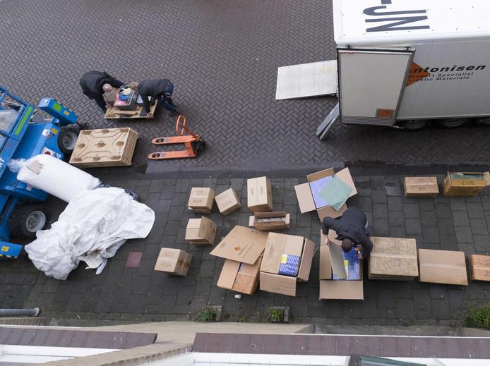 De politie onderzoekt dozen met illegaal vuurwerk.