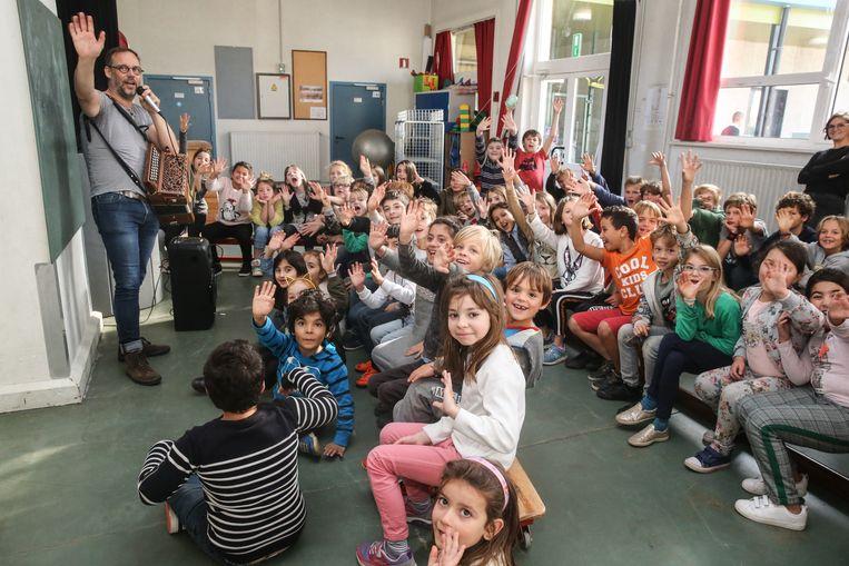 Gentse liedjes leren zingen met Wim Claeys in school De Loods.
