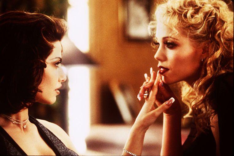 Gina Gershon (links) en Elizabeth Berkley spelen elkaars rivalen in Showgirls.   Beeld