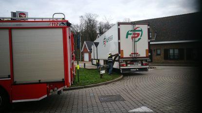 Stadenstraat Houthulst geblokkeerd... nadat vrachtwagen zich vastrijdt op steen van rotonde