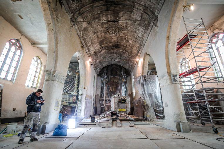 Meetkerke de kerk wordt herschilderd