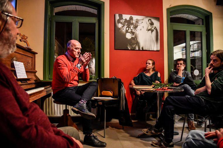 Marcel Backaert geeft uitleg aan de bezoekers