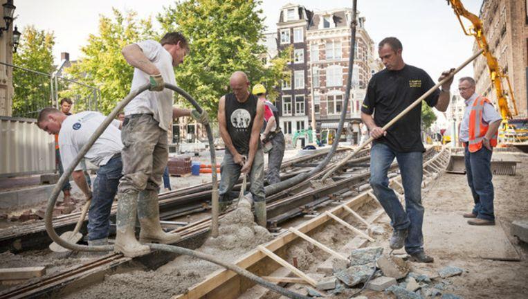 Bouwvakkers druk in de weer in de Utrechtsestraat op de brug over de Herengracht. De hele straat zal pas klaar zijn in het najaar van 2011. Foto Marc Driessen Beeld