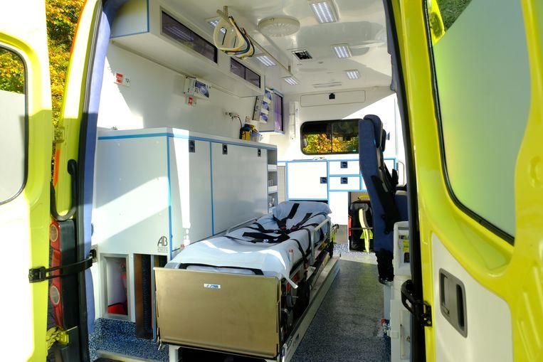 Een zicht binnenin de ziekenwagen.