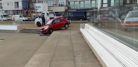 De auto bleef steken aan de rand van de trappen.