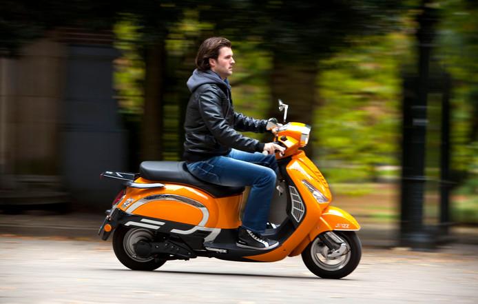 Vanaf morgen gaat Amsterdam handhaven op de verplichte helm voor brommers.