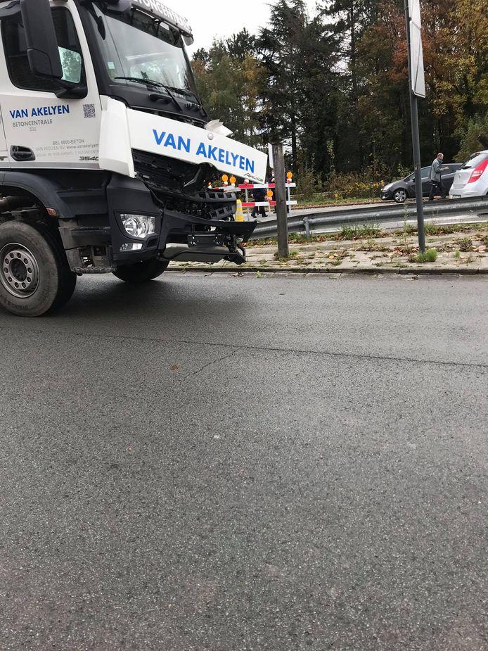 OOk de vrachtwagen raakte aanzienlijk beschadigd.