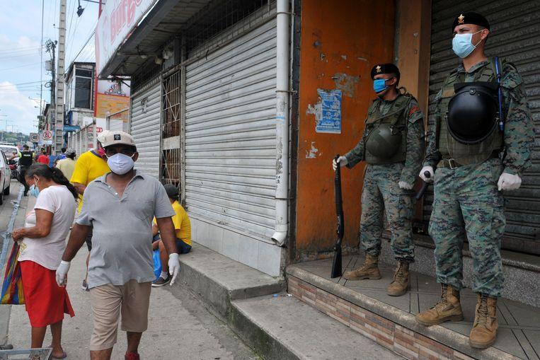 Soldaten houden de wacht in de straten van Guayaquil