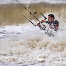 ondanks-de-harde-wind-trotseren-kitesurfers-de-golven