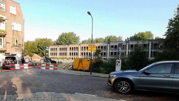 Een deel van parkeergarage Kweeklust, te zien op de achtergrond, is afgesloten omdat er aan de vloeren wordt gewerkt.